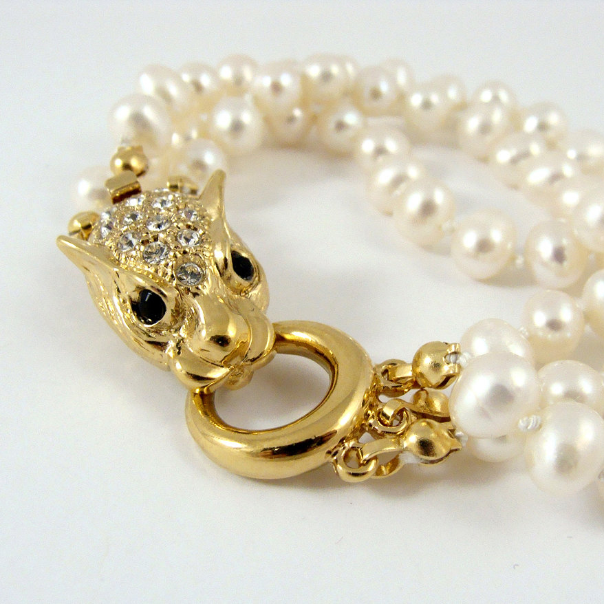 Freshwater pearl bracelet with leopard clasp